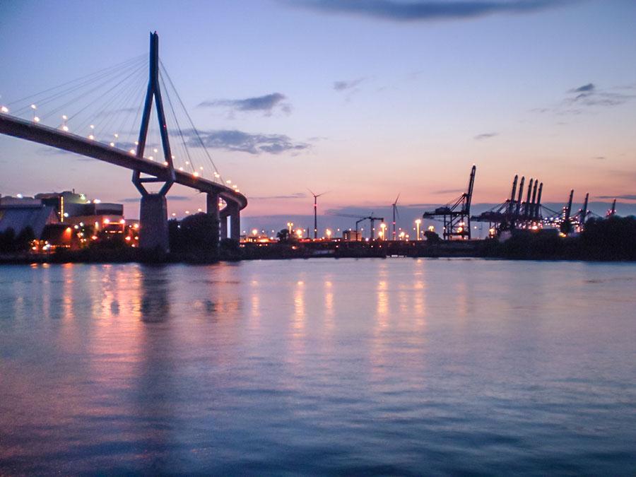Die Köhlbrandbrücke zur nautischen blauen Stunde mit einer Kompaktkamera aufgenommen.