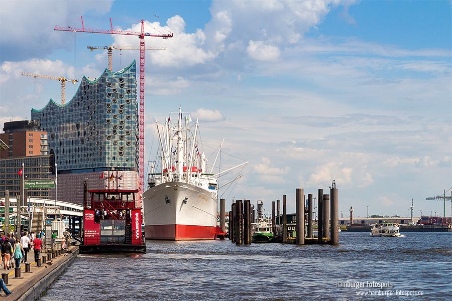 Hafenfähre an den Landungsbrücken